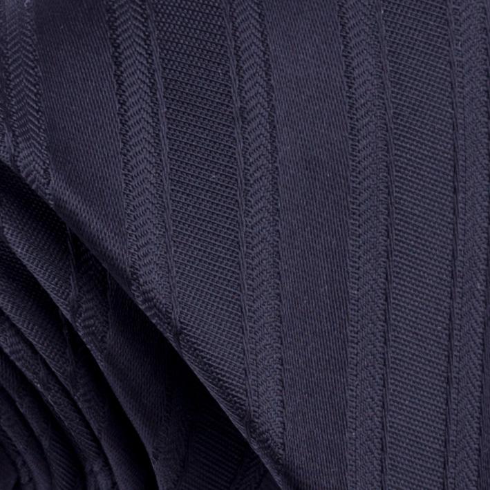 černá kravata proužkovaná