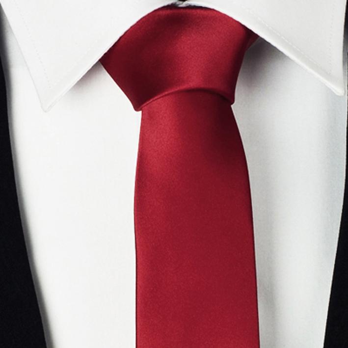červeně vínová kravata