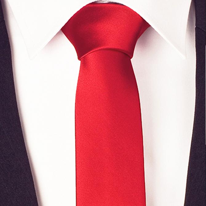 červená kravata slim